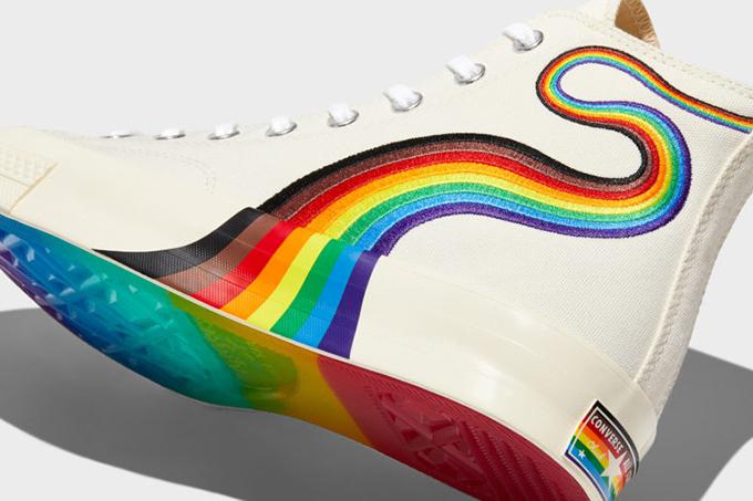 Những thương hiệu giày nổi tiếng thế giới cũng thể hiện sự ủng hộ cộng đồng LGBT với các sản phẩm giới hạn.