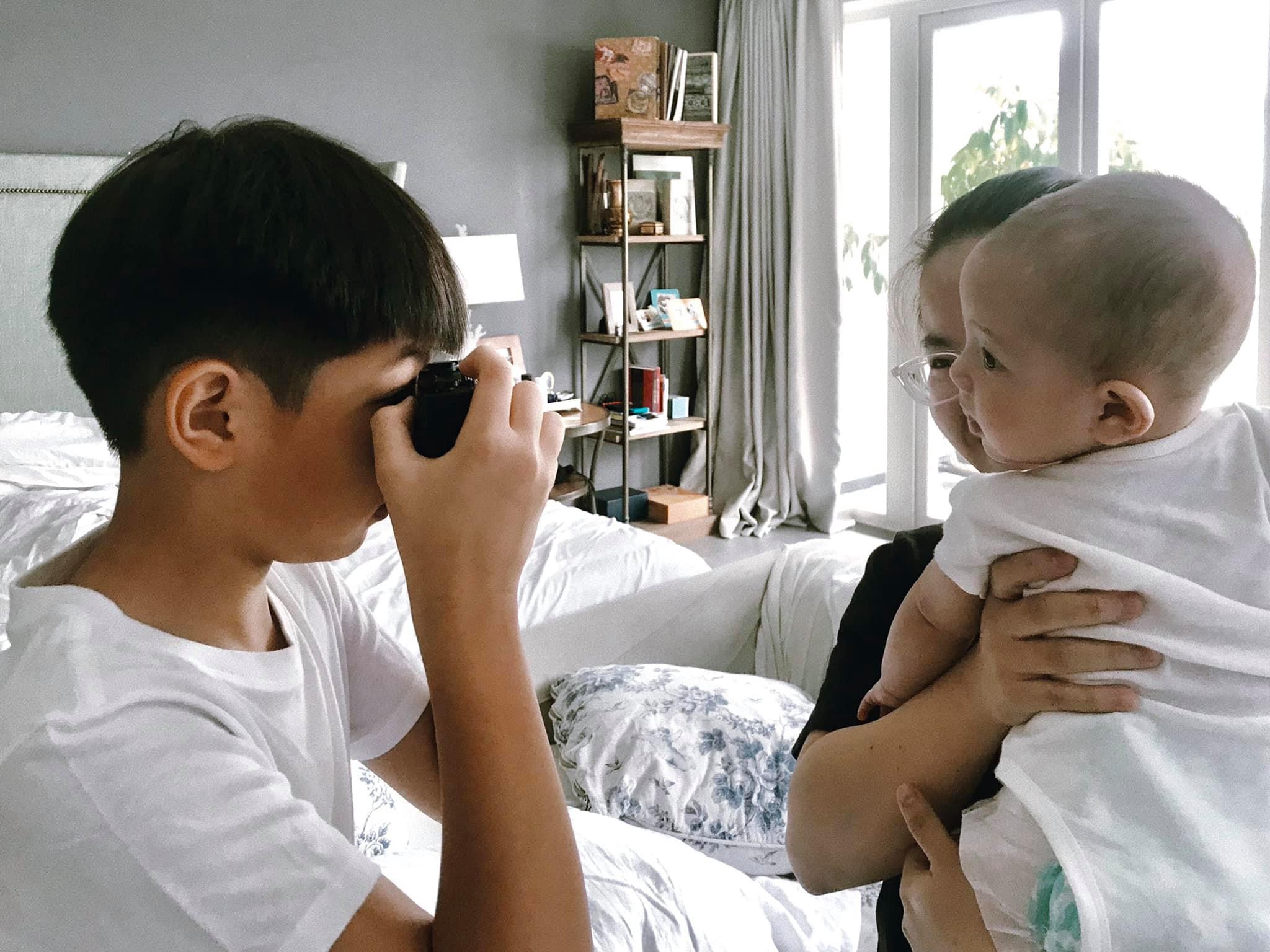 Cậu nhóc yêu thích chụp ảnh phim và thường xuyên ghi lại nhiều hình ảnh kỷ niệm của gia đình.