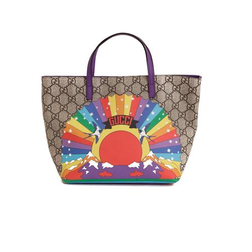 Gucci thể hiện sự sáng tạo khi biến sắc cầu vồng của cờ lục sắc LGBT thành vầng dương rực rỡ cùng hoạt tiết chim én, đồi núi trùng điệp.