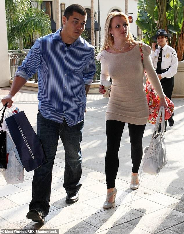 Britney và vệ sĩ Fernando Flores năm 2010.