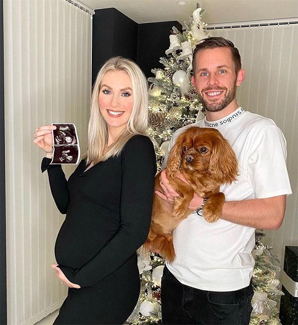 Tiền vệ đang bị tình nghi Sigurdsson và cô vợ Alexandra trong bức ảnh hôm Giáng sinh 2020 khi khoe sắp có con thứ hai. Ảnh: Instagram.