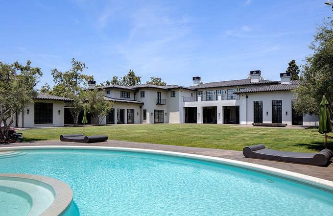 Một ngày trước đó, cặp sao đến tham quan biệt thự 65 triệu USD ở Hidden Hills, California.