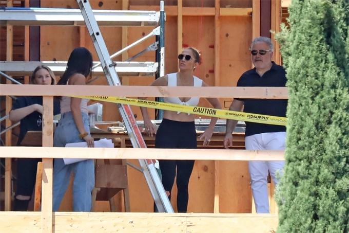 Trong khi đang tìm mua nhà mới, Jennifer Lopez đến xem một công trường xây dựng hôm 18/7. Ngôi nhà này đã dựng xong phần khung và sắp hoàn thiện trong vài tháng tới.