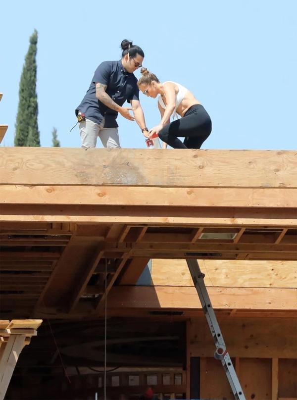 Giọng ca On the Floor khoe cơ bụng và cơ bắp khi trèo lên mái.