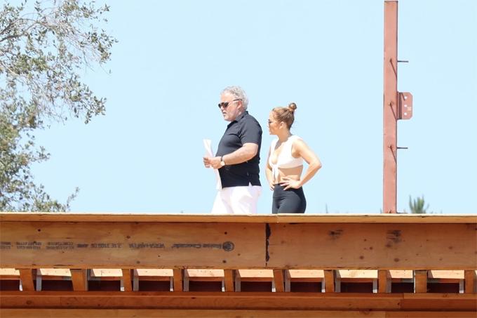 J.Lo tham quan một vòng và nghe giới thiệu về công trình này.