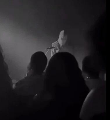 Kanye West bịt mặt trình diễn trong đêm nhạc tối chủ nhật.