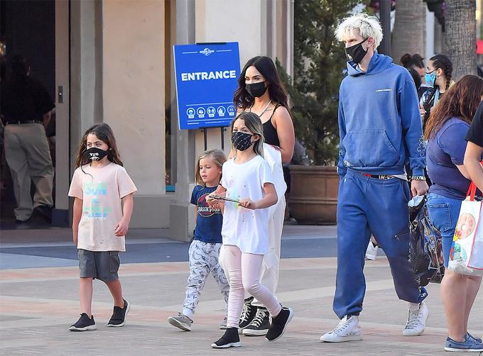Megan Fox cùng bạn trai đưa ba con trai của cô đi chơi công viên hồi tháng 6.