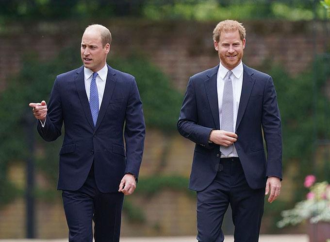Hoàng tử Harry và anh trai William công bố tượng Diana ở Điện Kensington hôm 1/7. Ảnh: PA.