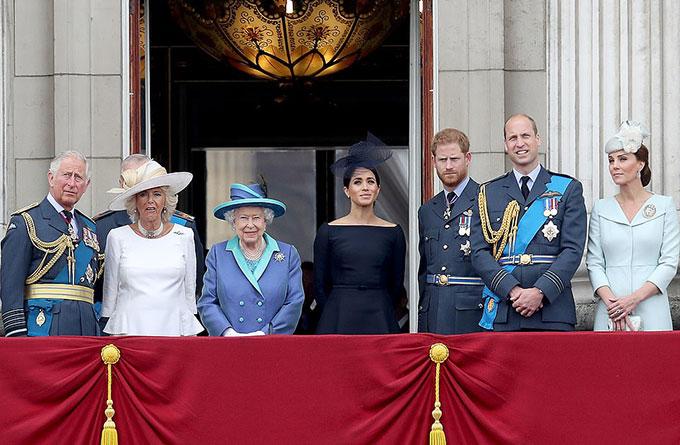 Vợ chồng Harry - Meghan đứng trên ban công Điện Buckingham cùng Nữ hoàng và các thành viên cao cấp của hoàng gia Anh hồi năm 2018. Ảnh: PA.
