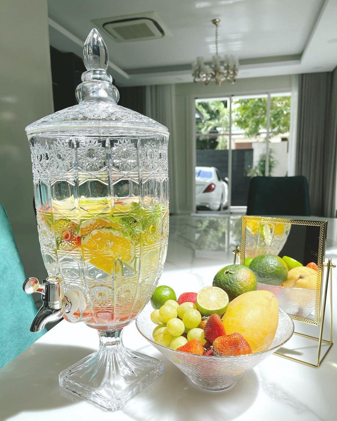 Ngoài trà mật ong, thỉnh thoảng Lam Cúc cũng làm nước detox với các nguyên liệu giàu vitamin C như dâu tây, chanh, cam...