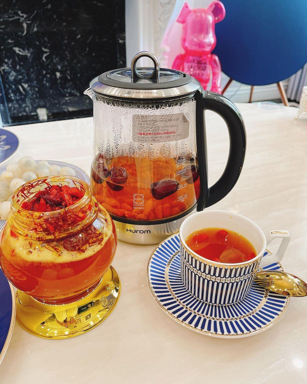 Tách trà bổ dưỡng, tốt cho sức khỏe lẫn sắc vóc của Lam Cúc.