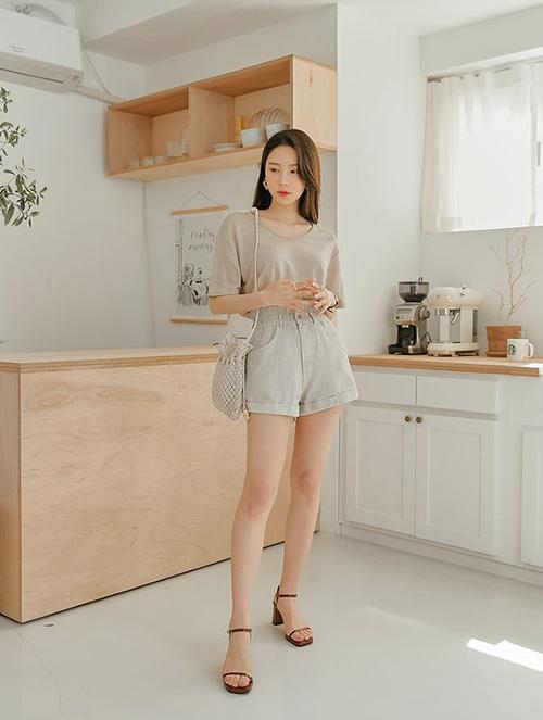 Những mẫu sandal quai nhỏ, kiểu dáng đơn giản góp phần mang tới nét manh mai cho đôi chân và tạo nên sự hài hoà với các mẫu váy áo mùa nắng.