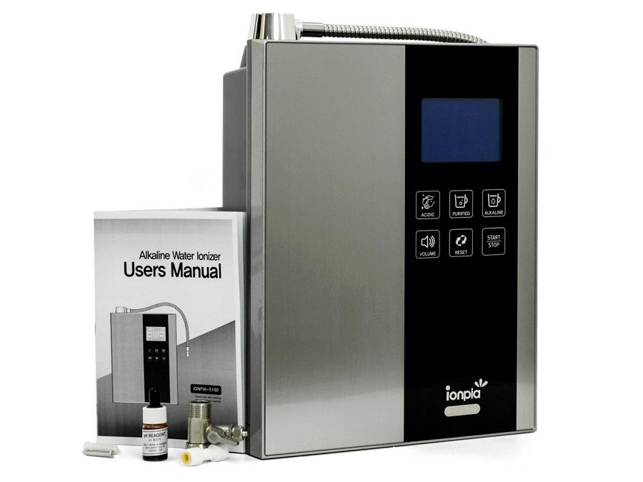 Máy lọc nước ion kiềm Ionpia 5100 là dòng máy lọc đồng thời tạo nước ion kiềm với áp lực nước yêu cầu là 0,5 - 6kg/cm3, 5 - 30 độ C. Máy có khả năng tạo ra 7 loại nước khác nhau gồm: nước kiềm hydrogen Alkaline cấp độ 4 (pH=10) dùng pha trà, cà phê; nước kiềm hydrogen Alkaline cấp độ 3 (pH=9.0) dùng để nấu ăn; nước kiềm hydrogen Alkaline cấp độ 2 (pH=8.5) dùng để rửa rau củ quả; nước kiềm hydrogen Alkaline cấp độ 1 (pH=8.0) dùng để uống; nước lọc sạch, tinh khiết (pH=7.0) để uống trực tiếp, pha sữa cho trẻ nhỏ; nước có tính acid yếu (pH=6.5) để rửa mặt; nước có tính acid (pH=5.5) để vệ sinh. Máy trang bị 7 tấm điện cực được phủ khối Platinum với tuổi thọ lên tới 30 năm, lõi lọc đa tầng 10 cấp. Hệ thống điều chỉnh nút cảm biến màn hình LCD. Máy sử dụng công nghệ tiếng nói khi vận hành, khi mở và tắt, báo thay lõi đều phát ra âm thanh. Kích thước cao 385 mm, rộng 284 mm, sâu 135 mm. Sản phẩm đang được ưu đãi 25% còn 41,25 triệu đồng, tặng thêm máy lọc không khí Coway Hàn Quốc trị giá 8,5 triệu đồng.