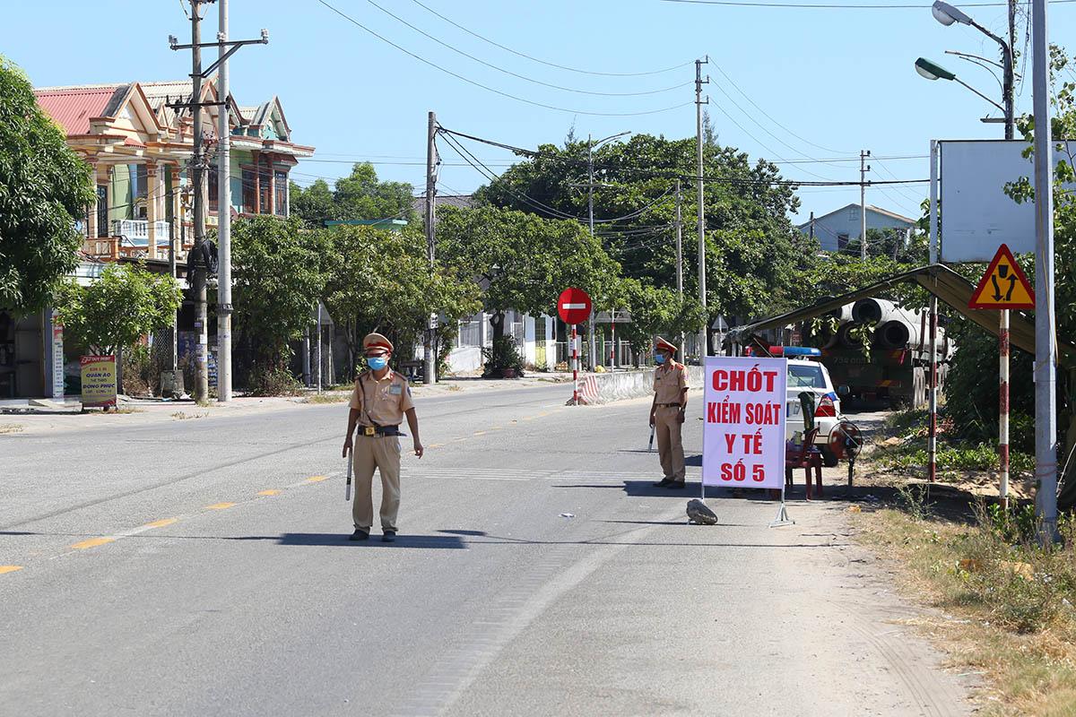 Chốt kiểm soát ở thị trấn Lăng Cô. Ảnh: Vạn An