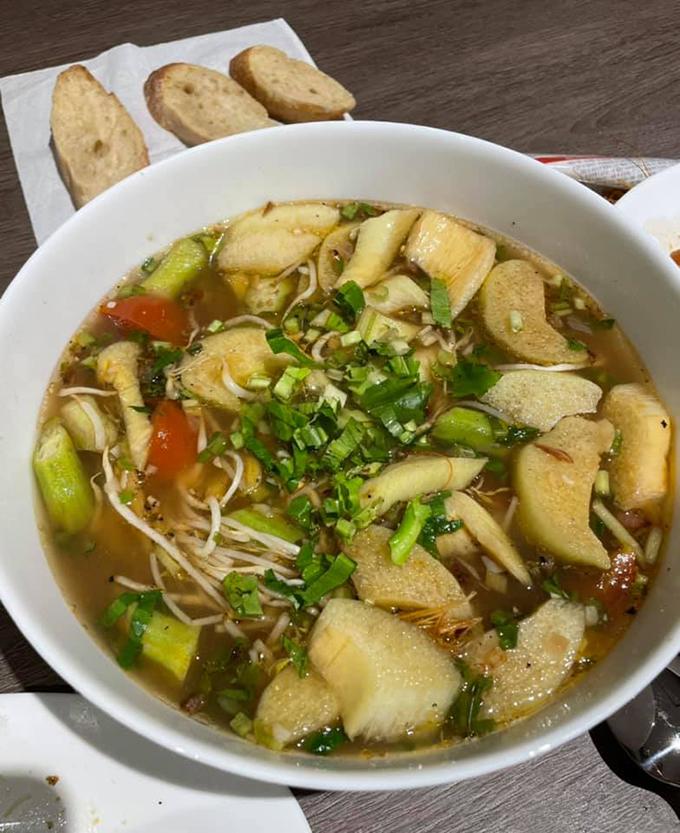 Ăn kèm chả trứng nướng là món canh chua thanh mát, hợp với thời tiết mùa hè ở Sài Gòn. Trấn Thành nấu canh chua tôm với đậu bắp, dọc mùng, giá đỗ, mùi tàu (ngò gai)... Ngoài ra, canh chua còn có thể nấu cá hay thịt băm cũng đều rất ngon.