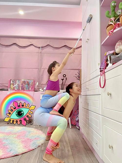 MC Ốc Thanh Vân và con gái Linh Đan tranh thủ dọn nhà luôn sau khi tập yoga.