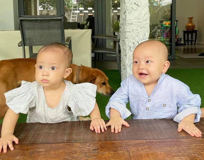 Họp gia đình sáng nay ạ. Lisa căng thẳng ngồi họp. Leon không nhịn được cười đến tấm thứ 3, Hồ Ngọc Hà hài hước chia sẻ về biểu cảm đối lập của hai con song sinh.