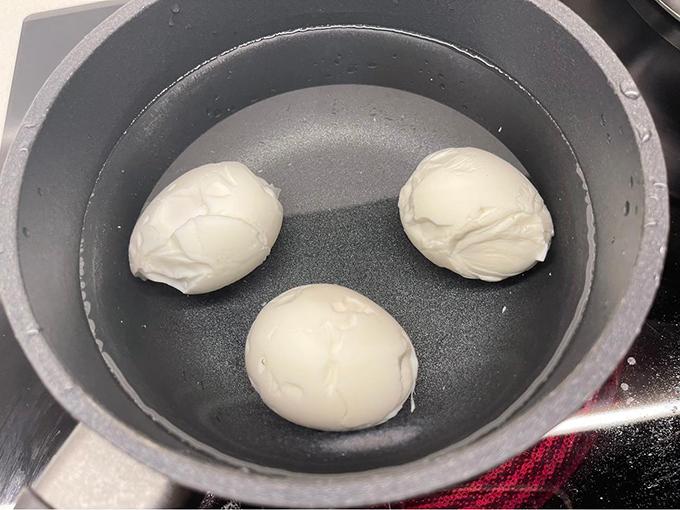 Tự nhận mình không khéo bếp núc, Hariwon thường không ngại chia sẻ các sự cố nấu ăn của mình. Mới đây, cô nhận chỉ trích vì món trứng luộc bóc vỏ. Vợ Trấn Thành cho biết, sau khi luộc trứng xong, cô đã bóc vỏ nhưng cảm thấy bên trong vẫn lỏng chưa đủ chín nên tiếp tục cho vào luộc tiếp, sau đó thì quên không tắt bếp gần một tiếng. Dòng trạng thái của Hariwon bị nhiều người lên án, cho rằng cô quá vụng về và phụ nữ thì nên biết nấu ăn.