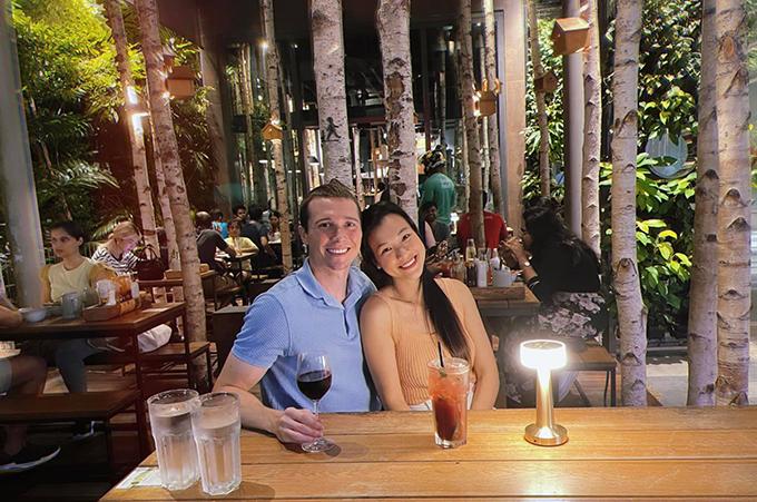 Vợ chồng MC Hoàng Oanh trốn con đi hẹn hò tại Singapore.