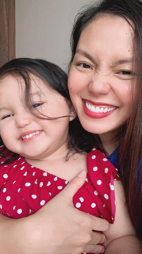 Con gái ca sĩ Ngọc Ánh lí lắc khi selfie cùng mẹ.