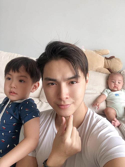 Hai con trai được nhận xét giống hệt Jay Quân.