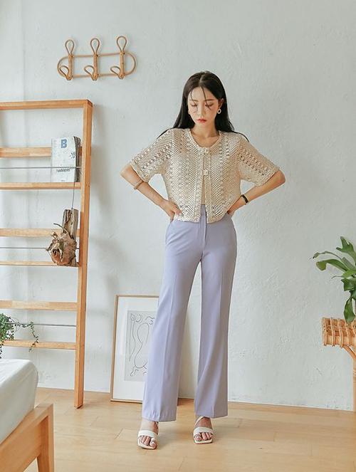 Cùng với mẫu sandal quai mảnh thông dụng, phụ kiện ở mùa hè 2021 còn có các dáng sandal quai cách điệu để khơi nguồn cảm hứng mix-match trang phục cho chị em công sở.