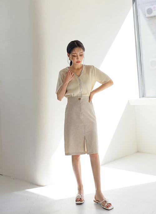 Với những cô nàng không quan tâm lắm đến việc tôn dáng bằng phụ kiện cao gót thì sandal đế bệt là lựa chọn hoàn hảo.