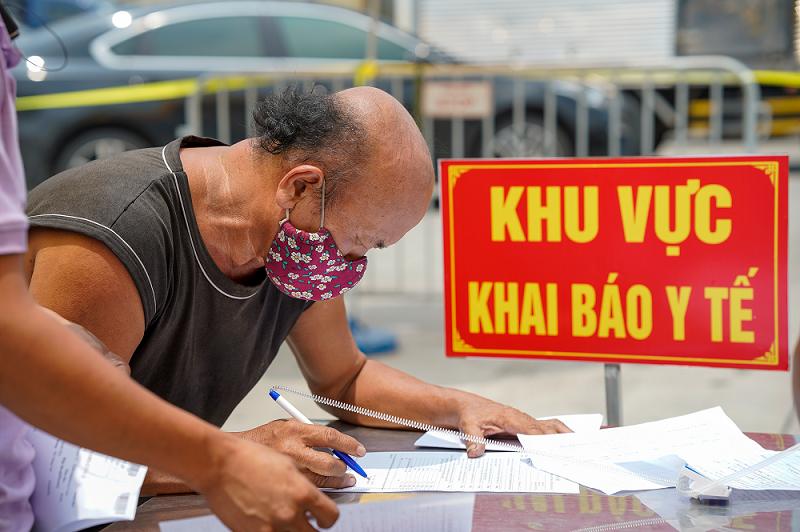 [Caption]Tài xế khai báo y tế khi vào trung tâm Hà Nội ngày 20/7. Ảnh: Phạm Chiểu