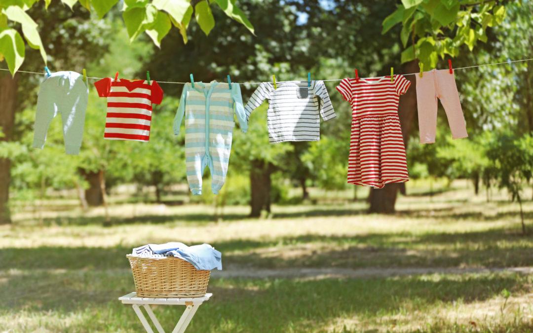 Bạn lưu ý thời gian phơi quần áo dưới nắng để hạn chế tình trạng phai màu. Ảnh: Shutterstock.