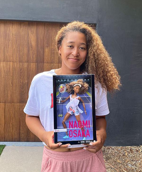 Ngôi sao quần vợt quảng bá mẫu búp bê Barbie của mình.
