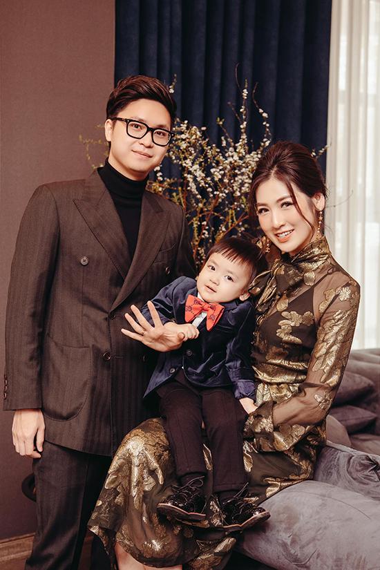 Vợ chồng Tú Anh và con trai Kem Kem dịp Tết 2021.