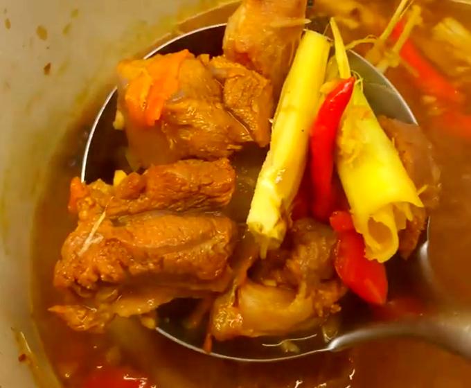 Lần khác, chồng Hariwon mở bếp nấu món bò kho cay xé. Ngoài thịt bò, Trấn Thành còn cho thêm gân bò, kho lâu nên gân mềm, thịt đậm đà, hoà quyện với vị sả thơm thơm. Vì hai vợ chồng đều là thánh ăn cay nên Trấn Thành cho khá nhiều ớt.