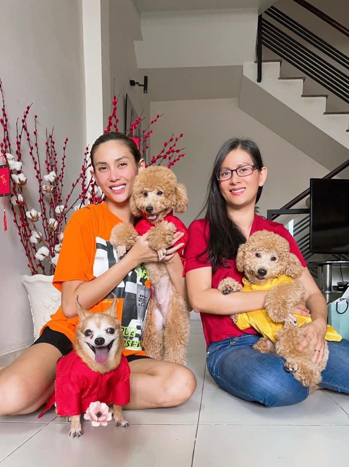 Hoàng Yến (trái) từng chia sẻ, niềm đam mê thời trang của cô bắt đầu từ khoảnh khắc chị cả Hoàng Hoa lên ngôi á hậu Áo dài. Đầu những năm 2000, cô bắt đầu hoạt động người mẫu và nhận được sự ủng hộ, chia sẻ kinh nghiệm từ hai chị gái.