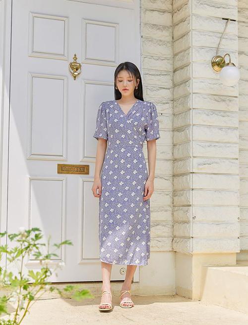 Sandal da và chất liệu tổng hợp trên tông trắng được yêu thích hơn cả vì nó có thể phối cùng trang phục đa sắc và hoạ tiết.
