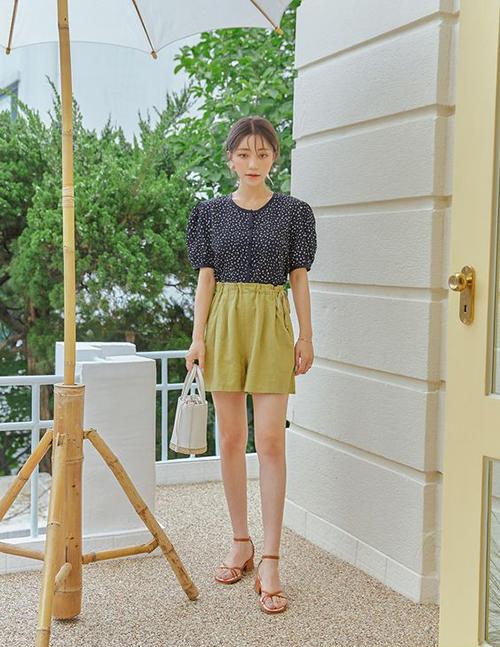 Cũng như các mẫu giày da dáng basic, sandal cao gót dễ phối hợp cùng nhiều dạng trang phục từ váy liền thân, quần short, chân váy cho đến các mẫu quần âu trang nhã.