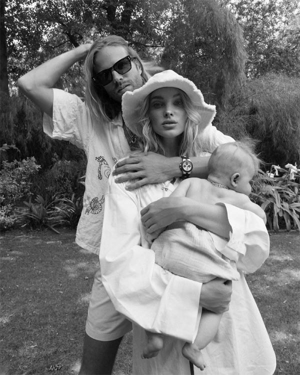 Cặp đôi chụp hình với con gái nhỏ tại vườn nhà.