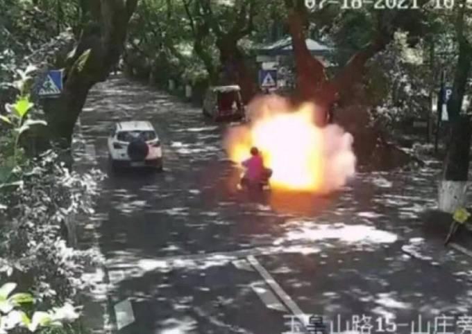 Chiếc xe đạp điện của bố con anh Wei phát nổ trên phố hôm 18/7. Ảnh: SCMP.
