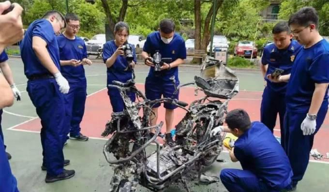 Chiếc xe đạp điện cháy trơ khung sau vụ nổ hôm 18/7. Ảnh: SCMP.