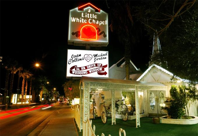 Britney và Jason kết hôn trong đêm tại nhà thờ nổi tiếng ở Las Vegas.