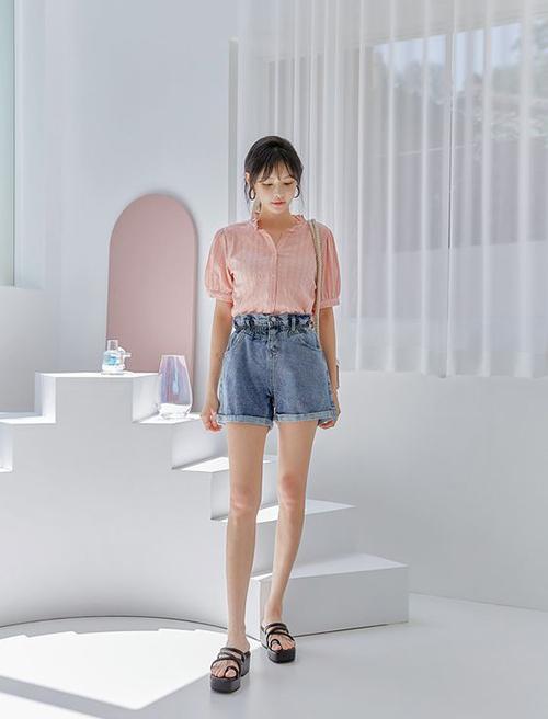 Sandal đế thô, sandal trang trí dây thừng có phần lép vế trước các mẫu phụ kiện dáng mảnh, tuy nhiên những cô nàng thích thể hiện sự cá tính vẫn có thể chọn chúng để mix cùng chân váy ngắn, quần short vào dịp hè.