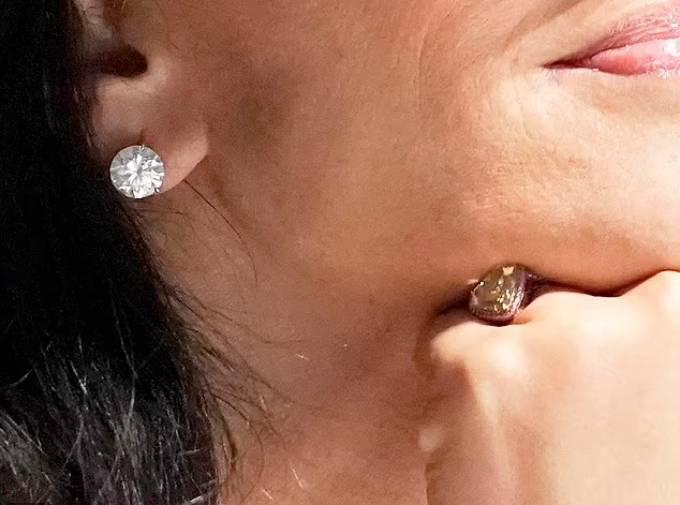 Nhẫn và hoa tai của bạn gái người giàu nhất thế giới đều đính kim cương. Ảnh: AP.
