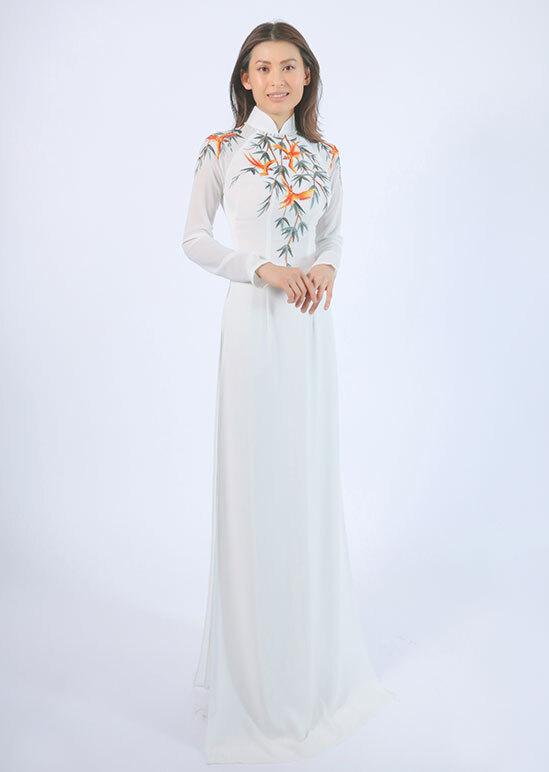 Chị kế của Võ Hoàng Yến tên Hoàng Oanh, sinh năm 1978, cũng hoạt động người mẫu những năm 1990. Tuy nhiên, đến năm 1998, cô dừng lại sự nghiệp, sang Pháp du học ngành kinh tế.