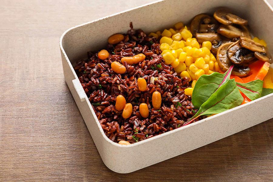 Ăn gạo lứt, ngô, khoai lang vào bữa tối giúp no lâu, giảm cảm giác thèm ăn.