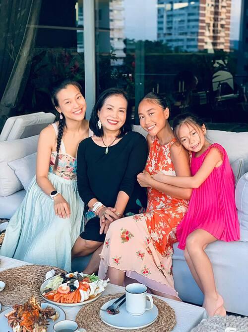 Đoan Trang được những người bạn ghé thăm tổ ấm mới nhân dịp kỷ niệm 3 tháng sang Singapore định cư. Một mình loay hoay hoa hoè, dọn dẹp, trang trí, nấu nướng... cảm thấy quá vui vì bản thân đã vượt qua được thử thách của chính mình. Buổi tối thật vui, đầm ấm, tràn ngập tiếng cười và những sự sẻ chia trước thềm tiếp tục giãn cách bắt đầu lại vào ngày mai. Trước đây khi ở Việt Nam, Đoan Trang chỉ lo hoạt động nghệ thuật, chuyện nội trợ đã có bà ngoại và cô giúp việc giúp đỡ. Cô chưa bao giờ bước chân vào bếp để thực hiện một bữa cơm gia đình nhưng khi sang Singapore, cô đã dần học nấu ăn, dọn dẹp và hạnh phúc khi là người phụ nữ nữ bình thường.