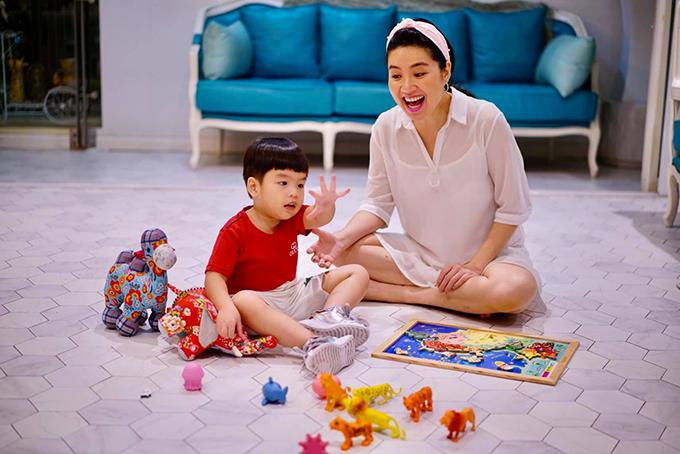 Lê Khánh mệt nhưng vui khi chơi đùa cùng con trai khi ở nhà mùa dịch.