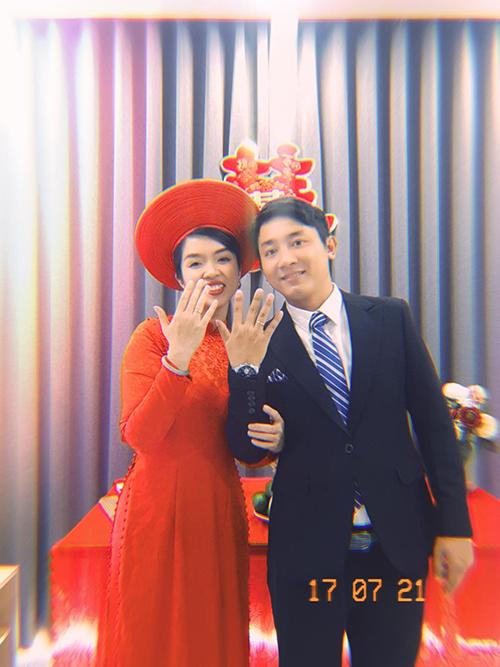 Cặp vợ chồng hào hứng khoe nhẫn cưới với người thân qua màn hình thiết bị điện tử.