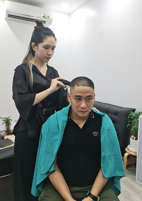 Diễn viên Minh Tiệp được vợ cắt tóc tại nhà và cho biết sẽ hạn chế tối đa việc ra khỏi nhà vì cộng đồng và vì những chiến sĩ áo trắng.