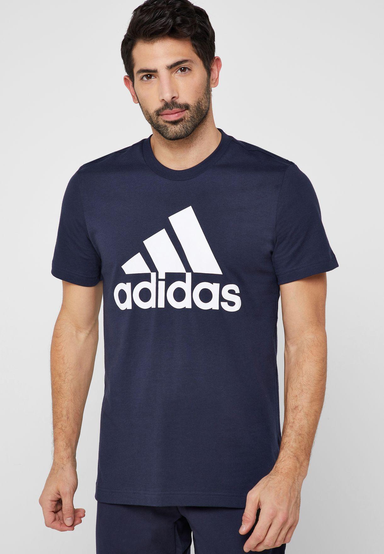 Áo phông Adidas Must Haves Badge Of Sport NavyWhite JapanSport DT9932 màu xanh đậm giảm còn 450.000 đồng (giá gốc 900.000 đồng); thiết kế ôm vừa, thoải mái, không quá rộng hay quá bó; dạng cộc tay; vải jersey một mặt phải làm từ cotton mang lại cảm giác mềm mại.