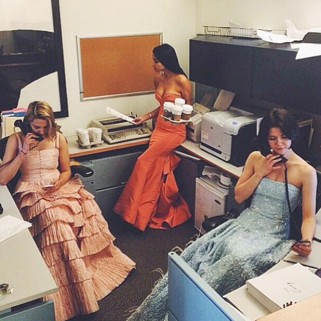 Lily Stav Gildor và hai đồng nghiệp của mình mặc đầm dạ hội chụp hình kỷ niệm tại văn phòng Vogue.