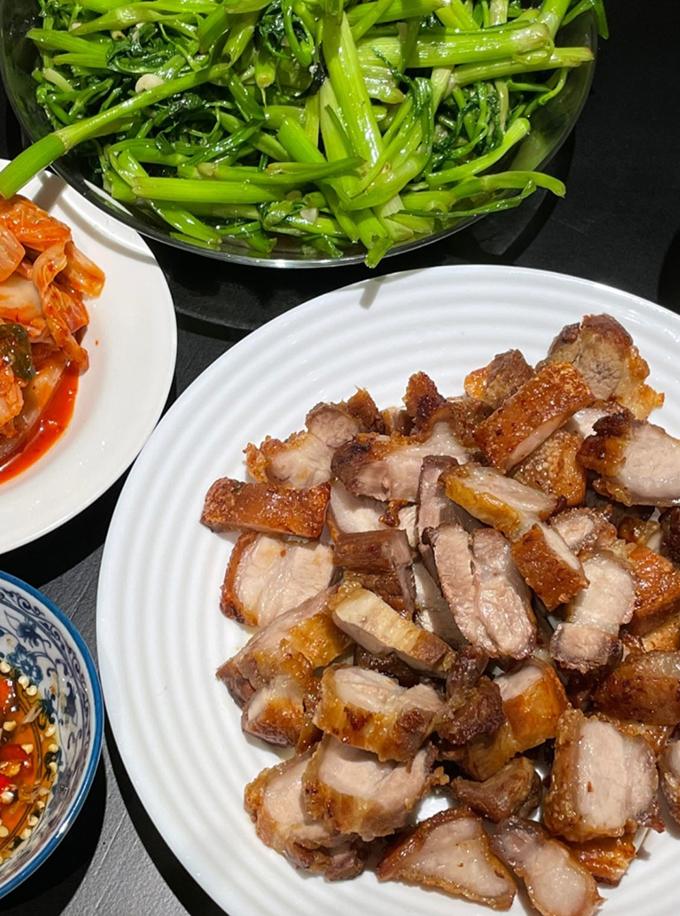 Chị em Yến Trang - Yến Nhi cũng trở thành fan cơm nhà thay vì ăn cơm tiệm nhiều như trước. Yến Nhi đăng mâm cơm với thịt ba chỉ quay chấm mắm ớt cay xé, rau cần xào và kim chi.